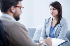 Νέα γυναίκα στο γραφείο του ψυχολόγου Στοκ Εικόνα