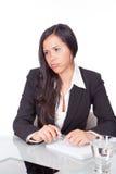 Νέα γυναίκα στο γραφείο Στοκ φωτογραφία με δικαίωμα ελεύθερης χρήσης