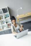 Νέα γυναίκα στο γραφείο Στοκ εικόνα με δικαίωμα ελεύθερης χρήσης