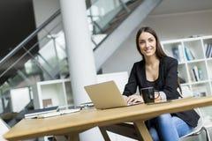 Νέα γυναίκα στο γραφείο Στοκ Φωτογραφία