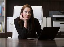 Νέα γυναίκα στο γραφείο Στοκ Εικόνα