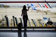 Νέα γυναίκα στο διεθνή αερολιμένα στοκ εικόνες με δικαίωμα ελεύθερης χρήσης