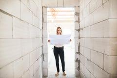 Νέα γυναίκα στο εργοτάξιο οικοδομής Στοκ φωτογραφία με δικαίωμα ελεύθερης χρήσης