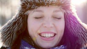 Νέα γυναίκα στο ηλιόλουστο χειμερινό πάρκο που χαμογελά, έχοντας τη διασκέδαση απόθεμα βίντεο