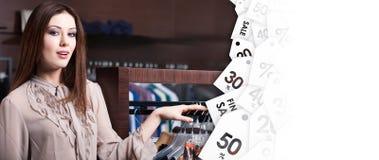 Νέα γυναίκα στο κατάστημα στην πώληση εκκαθάρισης στοκ εικόνες με δικαίωμα ελεύθερης χρήσης