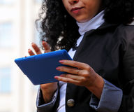 Νέα γυναίκα στο κοστούμι που χρησιμοποιεί μια ταμπλέτα υπαίθρια Στοκ εικόνα με δικαίωμα ελεύθερης χρήσης