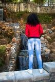 Νέα γυναίκα στο κόκκινο σακάκι δέρματος στοκ φωτογραφία με δικαίωμα ελεύθερης χρήσης