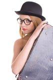 Νέα γυναίκα στο μαύρο καπέλο και την εκλεκτής ποιότητας βαλίτσα Στοκ φωτογραφία με δικαίωμα ελεύθερης χρήσης