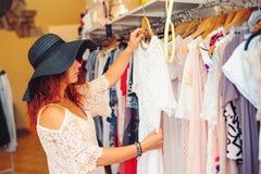 Νέα γυναίκα στο μαύρο καπέλο που ψωνίζει στο κατάστημα γυναικών χρονικός καθολικός Ιστός προτύπων αγορών σελίδων χαιρετισμού καρτ Στοκ φωτογραφία με δικαίωμα ελεύθερης χρήσης