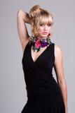 Νέα γυναίκα στο μαύρο κολάρο φορεμάτων και λουλουδιών. Isol στοκ εικόνες με δικαίωμα ελεύθερης χρήσης