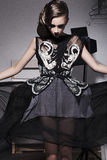 Νέα γυναίκα στο μαύρο φόρεμα Στοκ Φωτογραφία