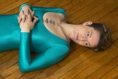 Νέα γυναίκα στο μπλε κοστούμι σωμάτων που χορεύει στο στούντιο Στοκ Φωτογραφία