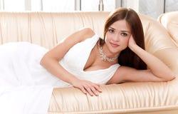 Νέα γυναίκα στο νυφικό φόρεμα στοκ εικόνες με δικαίωμα ελεύθερης χρήσης