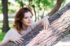 Νέα γυναίκα στο πάρκο Στοκ φωτογραφίες με δικαίωμα ελεύθερης χρήσης
