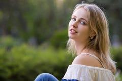 Νέα γυναίκα στο πάρκο στοκ εικόνες