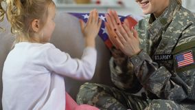 Νέα γυναίκα στο παιχνίδι στρατιωτικών στολών με την κόρη στο σπίτι, οικογενειακός χρόνος φιλμ μικρού μήκους