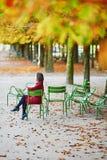 Νέα γυναίκα στο Παρίσι από την πτώση στοκ φωτογραφία