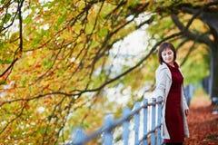 Νέα γυναίκα στο Παρίσι από την πτώση στοκ φωτογραφία με δικαίωμα ελεύθερης χρήσης
