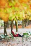Νέα γυναίκα στο Παρίσι από την πτώση στοκ φωτογραφίες