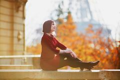 Νέα γυναίκα στο Παρίσι κοντά στον πύργο του Άιφελ στοκ φωτογραφίες με δικαίωμα ελεύθερης χρήσης