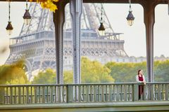 Νέα γυναίκα στο Παρίσι κοντά στον πύργο του Άιφελ στοκ φωτογραφίες