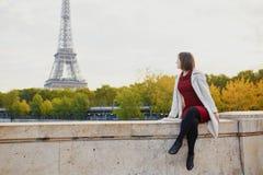 Νέα γυναίκα στο Παρίσι μια φωτεινή ημέρα πτώσης Στοκ Εικόνα
