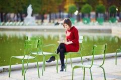 Νέα γυναίκα στο Παρίσι μια φωτεινή ημέρα πτώσης στοκ εικόνα με δικαίωμα ελεύθερης χρήσης