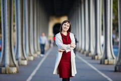 Νέα γυναίκα στο Παρίσι στη γέφυρα bir-Hakeim Στοκ φωτογραφία με δικαίωμα ελεύθερης χρήσης