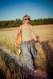 Νέα γυναίκα στο πεδίο σίτου Στοκ Φωτογραφίες
