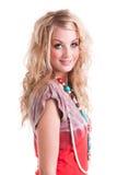 Νέα γυναίκα στο πουκάμισο και το περιδέραιο δεσμός-χρωστικών ουσιών. Απομονώστε Στοκ Εικόνα
