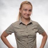 Νέα γυναίκα στο πουκάμισο οδοιπορίας στοκ φωτογραφίες