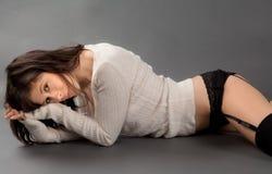 Νέα γυναίκα στο πουλόβερ και τις κιλότες Στοκ εικόνα με δικαίωμα ελεύθερης χρήσης