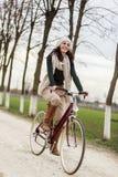 Νέα γυναίκα στο ποδήλατο Στοκ Φωτογραφίες