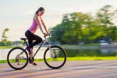 Νέα γυναίκα στο ποδήλατο Στοκ Φωτογραφία