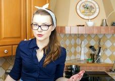 Νέα γυναίκα στο προκλητικό κοστούμι στο σπίτι Στοκ Εικόνα