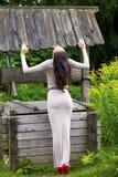 Νέα γυναίκα στο προκλητικό μακρύ γκρίζο φόρεμα στοκ εικόνες