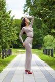 Νέα γυναίκα στο προκλητικό μακρύ γκρίζο φόρεμα στοκ εικόνες με δικαίωμα ελεύθερης χρήσης