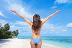 Νέα γυναίκα στο προκλητικό μπικίνι στην παραλία στοκ εικόνες με δικαίωμα ελεύθερης χρήσης