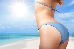 Νέα γυναίκα στο προκλητικό μπικίνι στην παραλία στοκ εικόνες