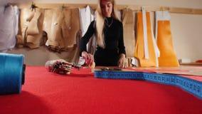 Νέα γυναίκα στο ράψιμο του εργοστασίου απόθεμα βίντεο
