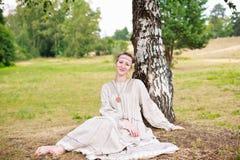 Νέα γυναίκα στο ρωσικό εθνικό φόρεμα. Στοκ εικόνες με δικαίωμα ελεύθερης χρήσης