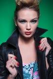 Νέα γυναίκα στο σακάκι δέρματος που κρατά το περιλαίμιό του Στοκ Εικόνες