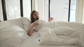 Νέα γυναίκα στο σπορείο στο πρωί Ύπνος ατόμων στο κρεβάτι με τον τηλεφωνικό συναγερμό απόθεμα βίντεο