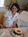 Νέα γυναίκα στο συμβαλλόμενο μέρος με το κέικ Στοκ εικόνες με δικαίωμα ελεύθερης χρήσης