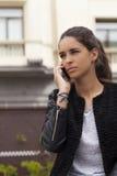 Νέα γυναίκα στο τηλέφωνο στοκ φωτογραφία με δικαίωμα ελεύθερης χρήσης