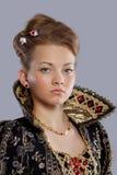 Νέα γυναίκα στο φόρεμα καρναβαλιού πριγκηπισσών στοκ εικόνα