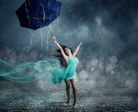 Νέα γυναίκα στο χορό φορεμάτων βραδιού Στοκ φωτογραφίες με δικαίωμα ελεύθερης χρήσης