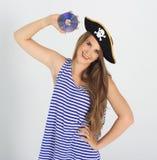 Νέα γυναίκα της Νίκαιας με το Cd πειρατών ή dvd το δίσκο Στοκ εικόνες με δικαίωμα ελεύθερης χρήσης