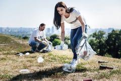 Νέα γυναίκα της Νίκαιας που συλλέγει τα σκουπίδια στοκ φωτογραφία με δικαίωμα ελεύθερης χρήσης