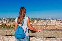 Νέα γυναίκα τουριστών και τοπίο της όμορφης Ρώμης από το λόφο Aventine με έναν σαφή μπλε ουρανό και μια ηλιόλουστη ημέρα Διάσημος στοκ εικόνα